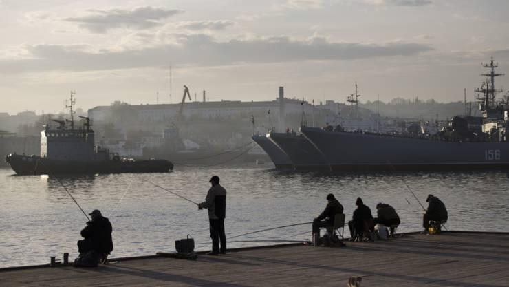 Russische Schiffe im Hafen von Sewastopol. Nahe der Stadt will Moskau Boden-Luft-Raketen stationieren. (Archiv)