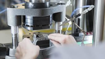 Beschäftigte von Schweizer Industrieunternehmen müssten sich auf schwierige Zeiten einstellen. (Themenbild)