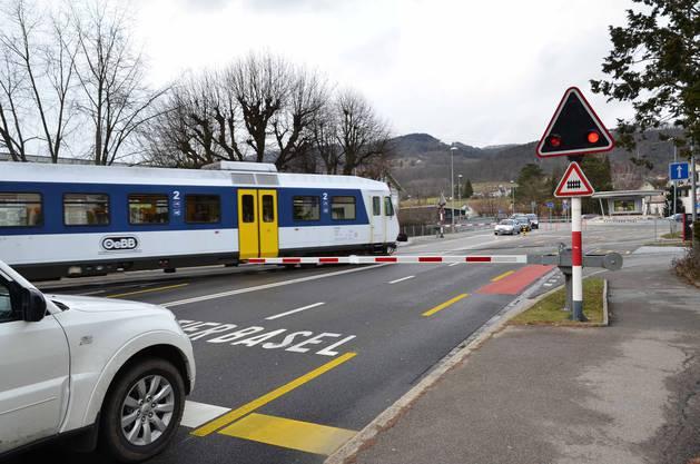 Für die Autos senkt sich eine Schranke, wenn die Bahn die Strasse quert.