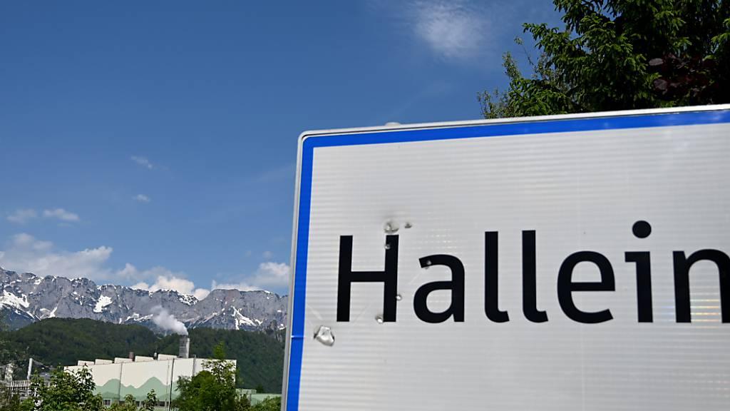 Im Fabriksgebäude der Firma Austrocel gab es einen Chemieunfall. In der österreichischen Fabrik an der Grenze zu Bayern wird ein Todesopfer befürchtet. Foto: Barbara Gindl/APA/dpa Foto: Barbara Gindl/APA/dpa