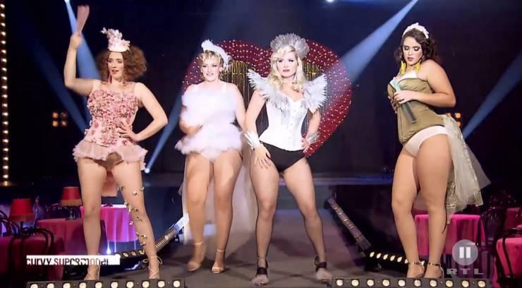 Nach dem Shooting muss die ganze Gruppe einen Walk im Burlesque-Stil abliefern.