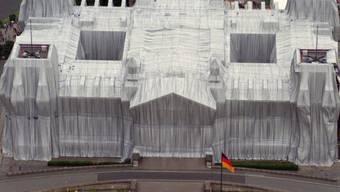 Im Juni 1995 verhüllte Christo und seine Frau Jeanne-Claude (1935-2009) den Reichstag in Berlin (Archiv)
