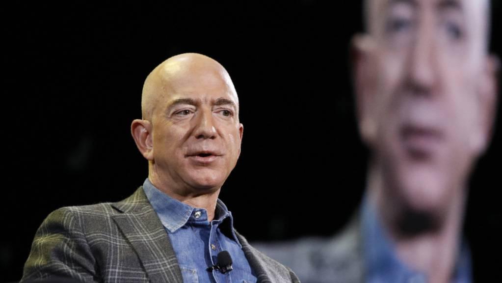 Hilfsorganisationen fordern einen Beitrag von superreichen Personen wie Amazon-Chef Jeff Bezos zur Bekämpfung des Coronavirus in armen Ländern. (Archivbild)