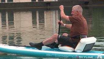 Letzte Woche kam aus, dass Stand-up-Paddles auf gewissen Aare-Abschnitten in Solothurn verboten sind. Jedoch wusste nicht einmal die Polizei von diesem Verbot. Da es aber nach wie vor erlaubt ist, sitzend über die Aare zu gleiten, hat ein Bellacher Tüftler eine originelle Erfindung gemacht.