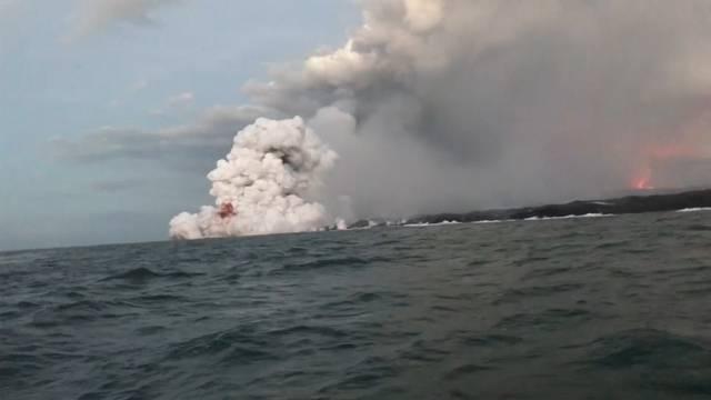 Hawaii: Lava trifft Touristenboot