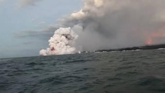Vor der Küste von Honolulu treffen zwei Lava-Brocken ein Touristenboot.