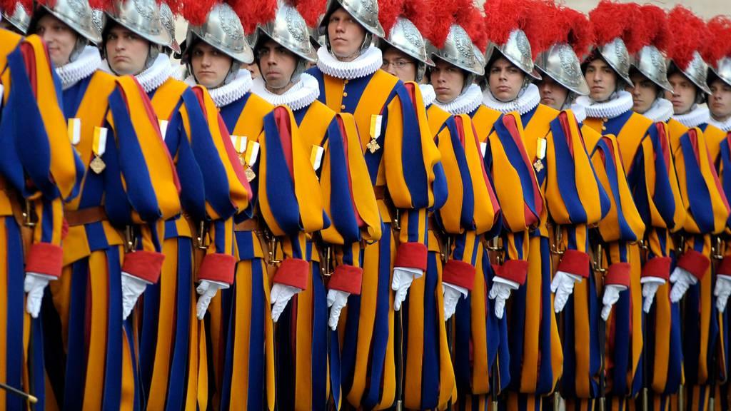 Säuberlich aufgereiht: Schweizer Gardisten bei einer Parade in Rom.