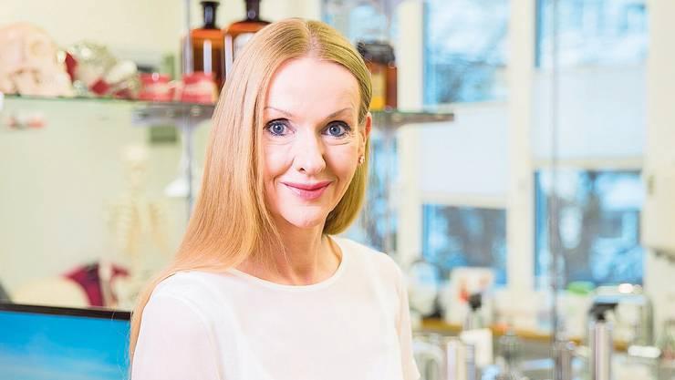Die Schriftstellerin und Ärztin Corinna T. Sievers in ihrer Praxis für Kieferorthopädie.