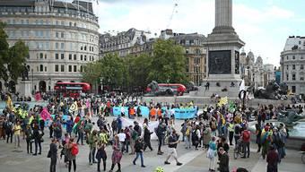 Demonstranten spielen während eines Protests der Umweltbewegung Extinction Rebellion auf dem Trafalgar Square Fußball. Insgesamt zehn Tage will Extinction Rebellion vor allem in London gegen die Klimaerwärmung protestieren. Foto: Yui Mok/PA Wire/dpa