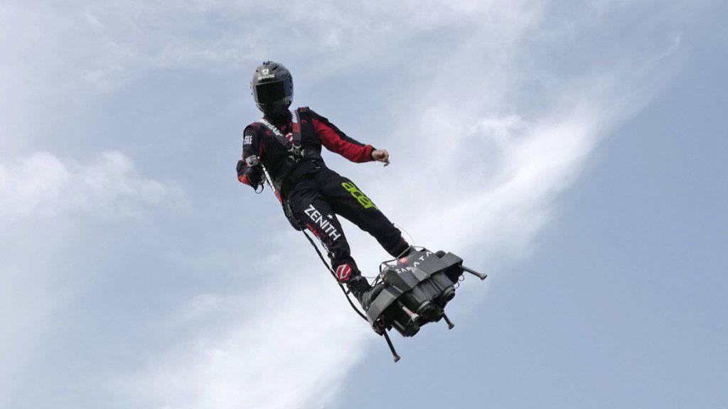 Der Extremsportler Franky Zapata bei einem Probeflug mit seinem Flyboard in der Nähe von Calais. (Archivbild)