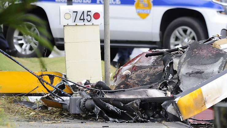Beim Absturz eines Helikopters auf Hawaii sind am Montag drei Personen ums Leben gekommen.