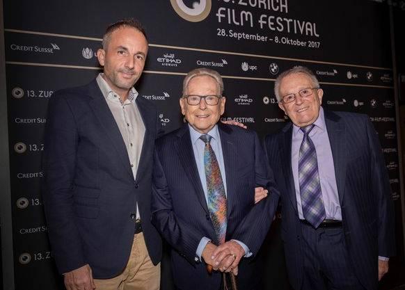 Röbi Rapp (mitte) mit seinem Mann Ernst Ostertag und Christoph Stühn vom Verein Memoriav, der für die Restaurierung des Films verantwortlich ist.