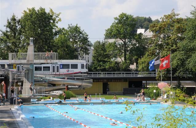 Der Schauplatz: Blick auf das Schwimmerbecken in der Badi Suhr.