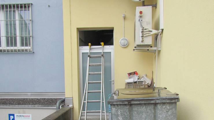 Der Einbrecher gelang mithilfe einer Leiter in das darüber liegende Fenster ins Gebäude.