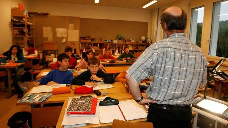 Lehrer machen 700 Überstunden: Lehrer von hinten in Schulklassen. Foto niz, Schule, Schüler