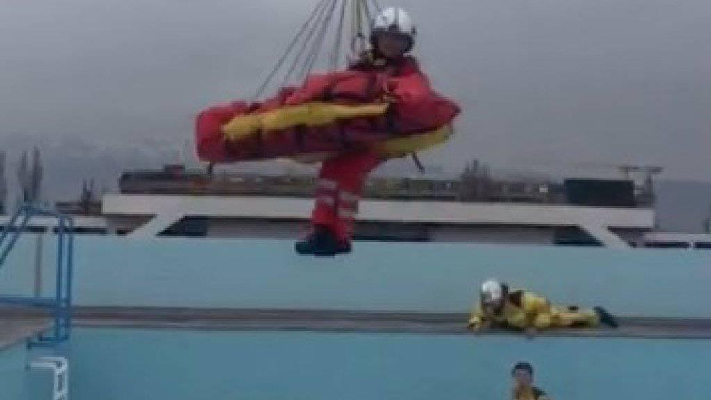 Der Arbeiter wurde von der Rega mit der Seilwinde aus dem Pool auf dem Genfer Hausdach geborgen.