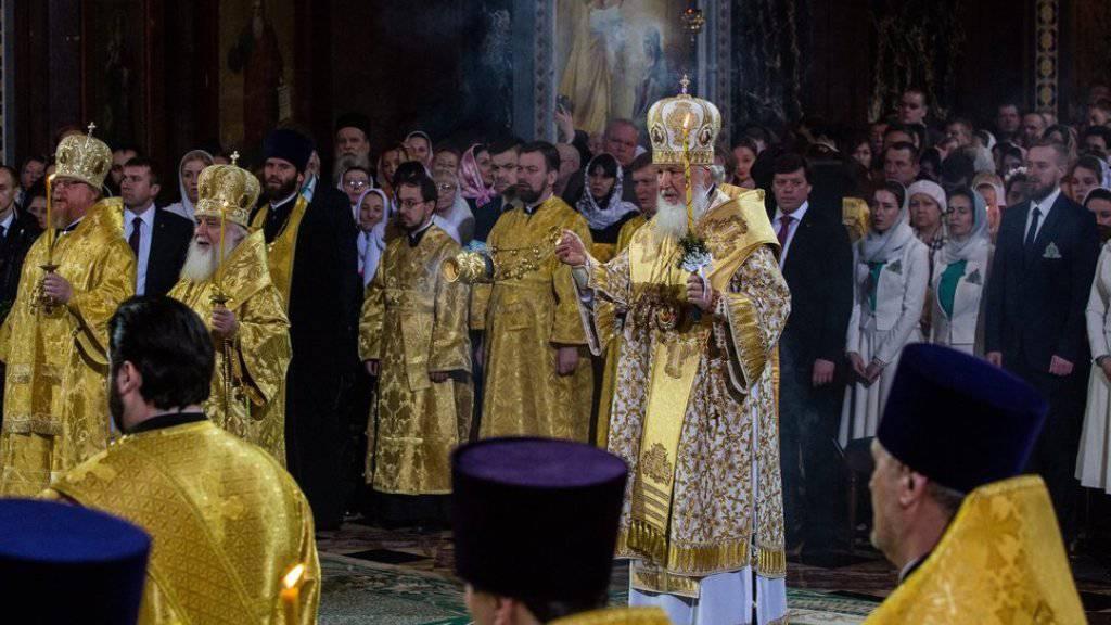 Der russische Patriarch Kirill (rechts) zelebriert in Moskau die Mitternachtsmesse. Die orthodoxen Christen in Russland feiern Weihnachten nach dem julianischen Kalender am 6. und 7. Januar.