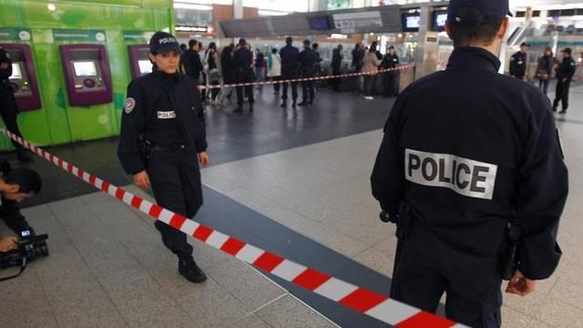 Angriff im belebten Geschäftsviertel La Défense. Polizisten schirmen den Tatort ab.