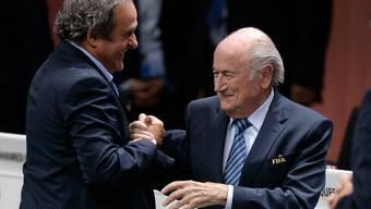 Klagt die Fifa, oder klagt sie nun doch nicht? Sepp Blatter, hier auf einem Archivbild, mit Michel Platini, hat keine Klage-Post erhalten.