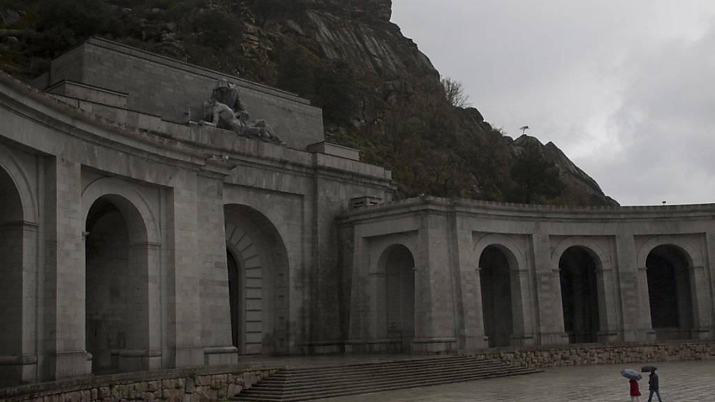 Spaniens Parlament fordert, dass der Leichnam Francos aus seinem Mausoleum geholt wird.