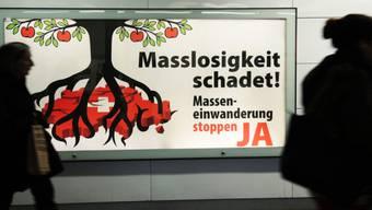 Eine Plakatkampagne der SVP im Jahr 2013. Seither ist die Nettozuwanderung in die Schweiz konstant zurückgegangen.