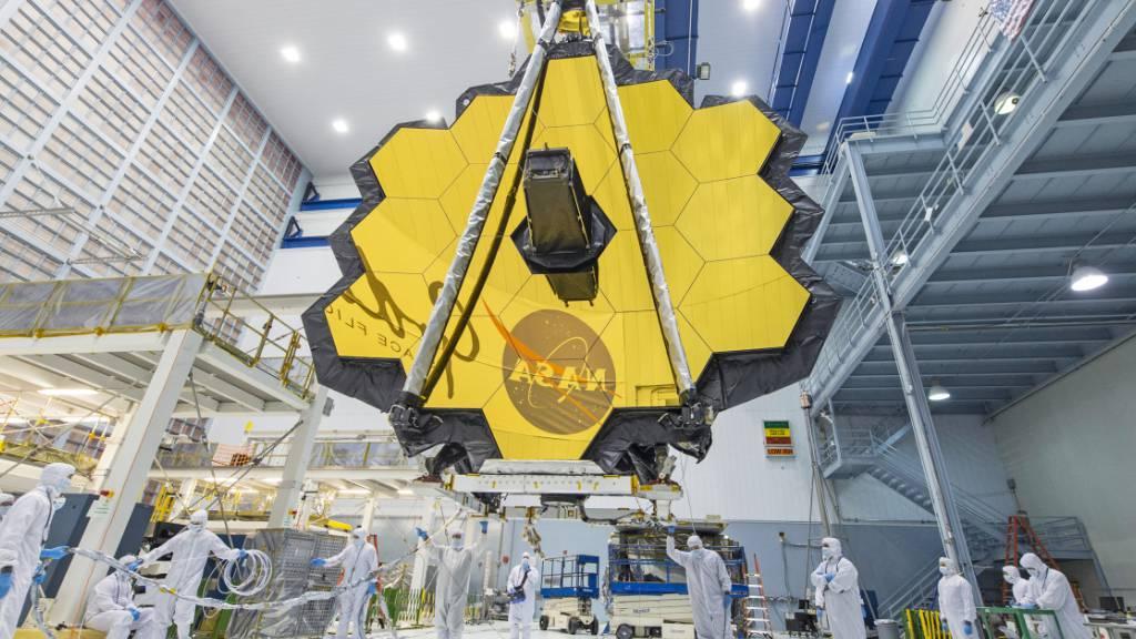 HANDOUT - Dieses von der NASA zur Verfügung gestellte Foto zeigt Techniker, die die Spiegelbaugruppe des «James Webb»-Teleskops im Goddard Space Flight Center der NASA anheben. Mit Jahren Verzögerung wollen Raumfahrtbehörden das gigantische «James Webb Space Telescope» ins All schicken. Foto: Uncredited/NASA/AP/dpa - ACHTUNG: Nur zur redaktionellen Verwendung und nur mit vollständiger Nennung des vorstehenden Credits