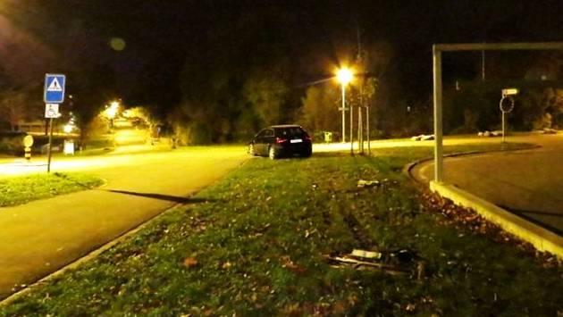 Auf der Flucht vor der Polizei verunfallte ein alkoholisierter Automobilist in Windisch und beschädigte sein Fahrzeug total. – Foto: kapo