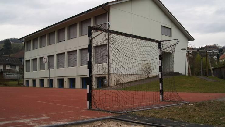 Das Schulhaus im Villmerger Ortsteil Hilfikon steht seit fast zwei Jahren leer und soll nun verkauft oder vermietet werden.  AW