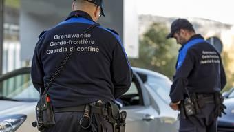 Grenzwächter kontrollieren am Zoll auch die Autobahnvignetten an den Fahrzeugen - bislang ohne die Hilfe von privaten Sicherheitsfirmen. (Symbolbild)