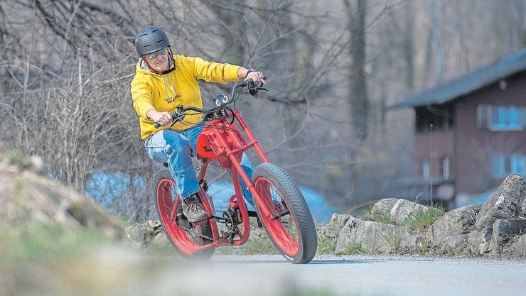 Velobauer Stanislaus Arnold verkörpert auf seiner Urlette das Image des freiheitsliebenden Bikers.