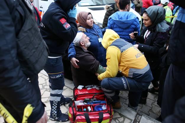 Sechs Menschen konnten noch bis zum späten Abend gerettet werden, wie regierungsnahe Medien berichteten.