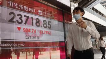 Die Börsen in Asien und in den USA sind am Montag um rund 4 Prozent eingebrochen. Auch Hongkong gab der Hang-Seng-Index deutlich nach.