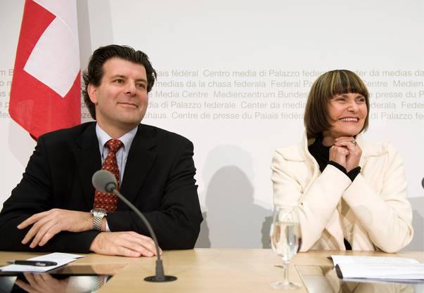 Bundesrätin Micheline Calmy-Rey bei der Vorstellung den neuen EDA-Generalsekretärs Roberto Balzaretti Ende Oktober 2008 in Bern.
