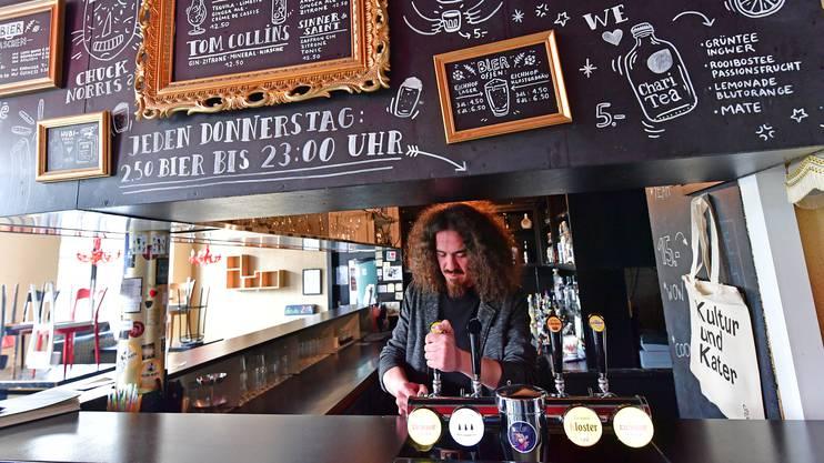 «Coq d'Or»-Geschäftsführer Daniel Kissling ist nicht einverstanden mit den gesetzlich festgelegten Öffnungszeiten für Bars unter der Woche.