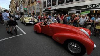 Anlässlich der Suisse-Paris Rallye RAID fahren Oldtimer durch die Innenstadt.