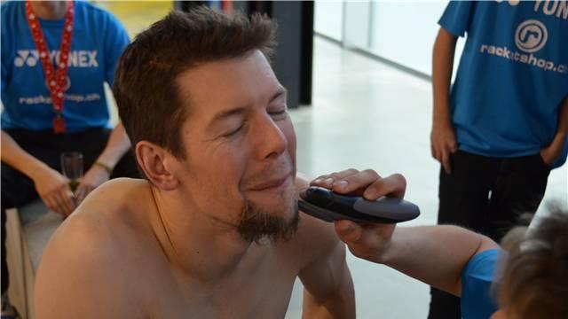 Ganz Kanadier lässt sich Andrew Dabeka nach der Siegerehrung den Bart abrasieren. Foto: Pensa