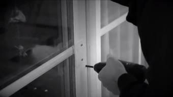 Mit allen Mitteln wird nach der Einbrecherbande im Suhrental gefandet. Derjenige Aargauer Polizist, der die Fensterbohrer erwischt, wird mit 3 Tagen Ferien belohnt.