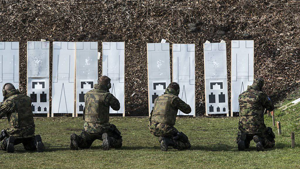 Soldaten trainieren für einen Swisscoy-Einsatz. Das VBS kommt in einem Bericht zum Schluss, dass ein Rückzug der Swisscoy aus Kosovo für die Schweiz aussen- und sicherheitspolitisch bedeutende Auswirkungen hätte. (Themenbild)