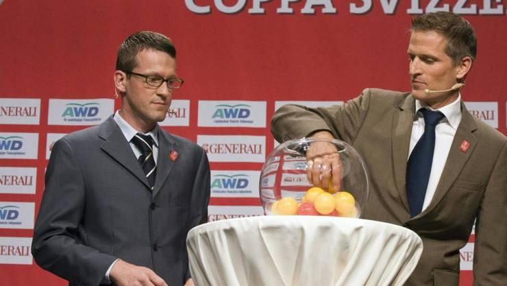 Robert Breiter (links) ist der breiten Öffentlichkeit vor allem deshalb bekannt, weil er bei Cup-Auslosungen jeweils als Jurist zur Seite stand (Archivbild: 2008)