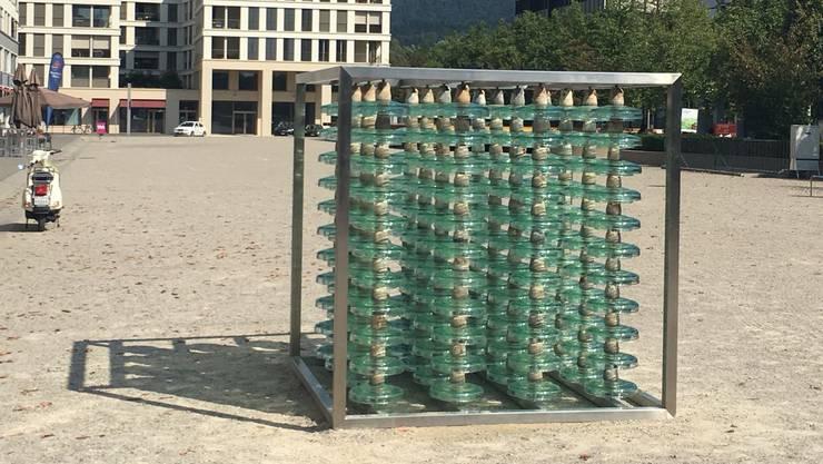 Ein Monolith auf dem Rapidplatz im Limmatfeld: Anlässlich des Dietiker Stadtfestes hat Babs Ernst das Kunstwerk erschaffen.