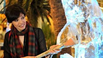 """""""Alpen-Angelina"""" Alizée Gaillard - hier bei der Eröffnung einer Eisskulpturen-Ausstellung - will noch ein wenig an ihrer Hollywood-Karriere arbeiten. Ihr amerikanischer Gatte, dem die Schweiz ausnehmend gut gefällt, muss sich also noch etwas bis zur Rückkehr ins Wallis gedulden (Archiv)."""