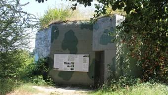 Der Bunker bei der Einmündung der Reuss in die Aare liegt an der Eisenbahnlinie und direkt am Wanderweg.