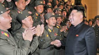 Nordkoreas Herrscher Kim Jong Un mit Angehörigen seiner Armee – einige davon schickt er in die Schweiz zur Ausbildung.