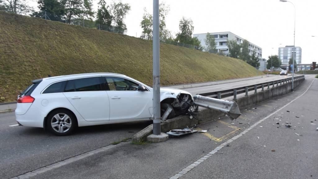 Fahrunfähig: Autofahrer kracht in Kandelaber und Leitplanke