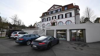 Viele Gäste lassen ihre Autos zu lange vor dem «Stucki» stehen. Von einer Parkbusse werden selbst Porsches nicht verschont.