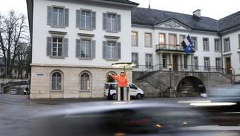 Roger Sigrist an einem seiner letzten Arbeitstage auf der einem Kreisel weichenden Verkehrskanzel auf dem Aarauer Aargauerplatz