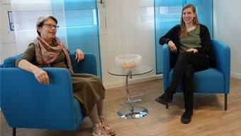 Marlene Helbling (links) und Jacqueline Stierli springen ein, wenn es in der Lehre Knöpfe zu lösen gilt.
