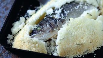 Claudio Del Principe schwört auf Salz, das während des Backens automatisch richtig dosiert in den Fisch dringt und ihn zart macht.