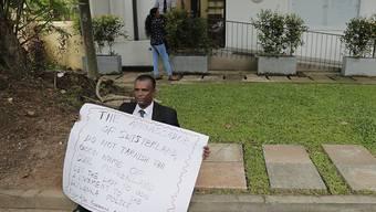 Ein ehemaliger srilankischer Militäroffizier demonstriert vor der Schweizer Botschaft in Colombo.