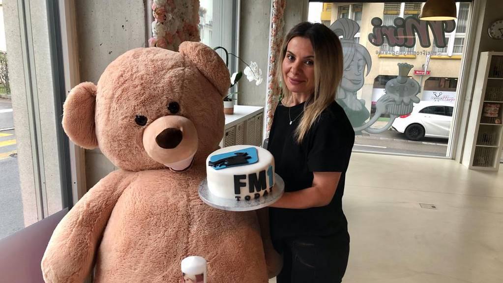Mirdita Thaqi neben ihrem Maskottchen «Cookie» und der FM1Today-Torte in der Hand.